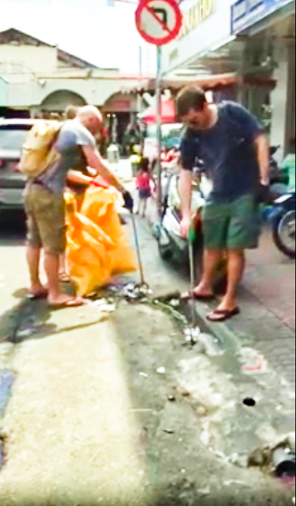 Video of foreigner picking up trash in Ho Chi Minh City goes viral