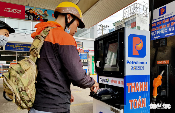 A customer experiences the self-service model at a Petrolimex gas station in Phu Nhuan District, Ho Chi Minh City on January 15, 2019. Photo: Tuoi Tre