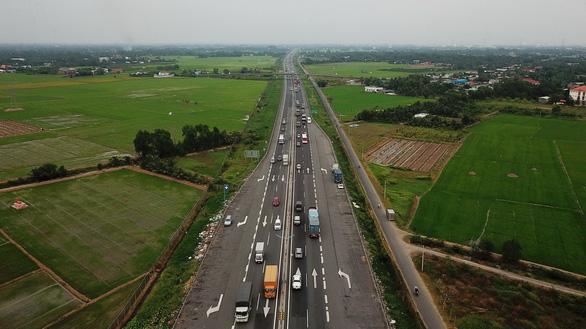 Vehicles travel along the Ho Chi Minh City- Trung Luong Expressway on January 15, 2019. Photo: Tuoi Tre