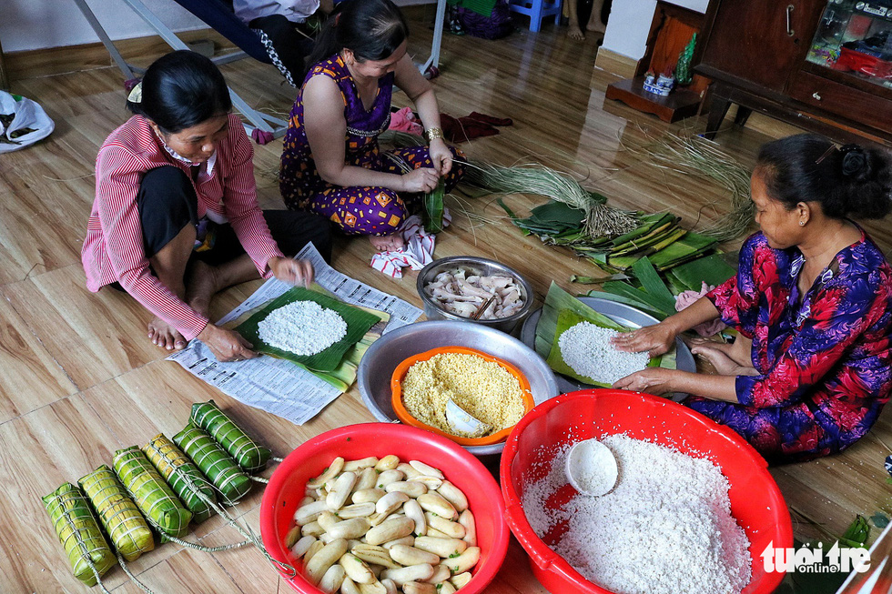 Traditional Vietnamese 'banh tet' can either have banana or mung bean-and-pork filling. Photo: Tuoi Tre