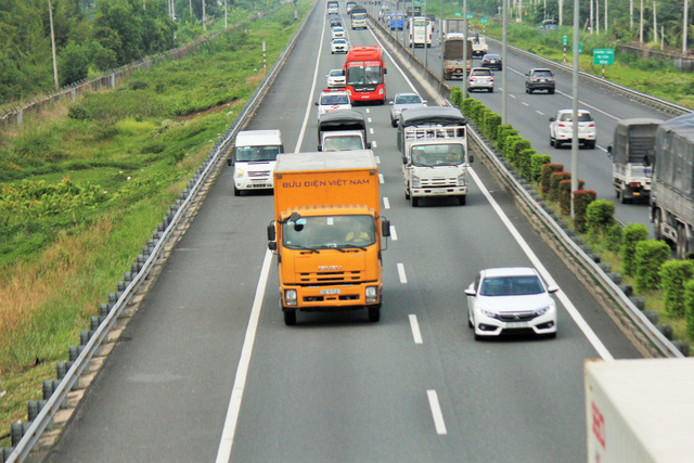An automobile travels on the hard shoulder of the expressway. Photo: Tuoi Tre