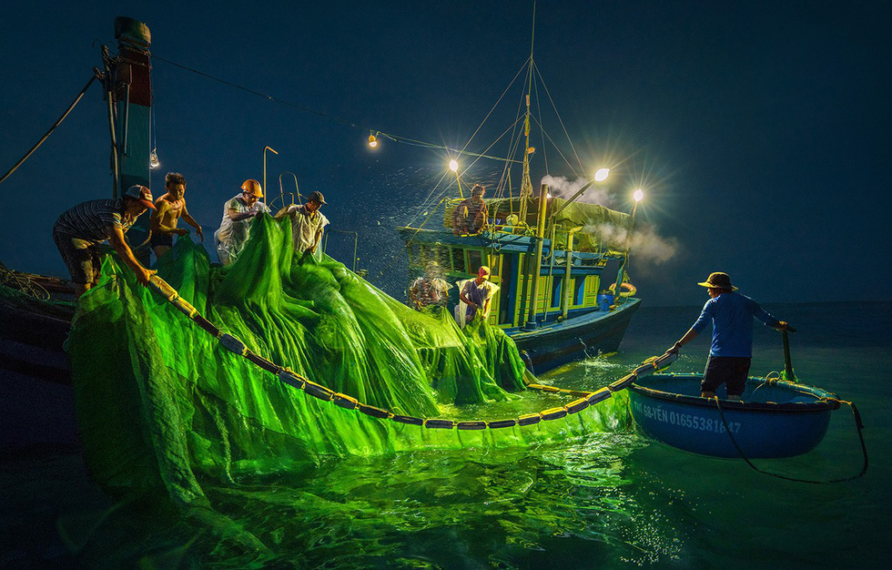 A fishing crew turns on ultralight to attract a school of anchovy. Photo: TRAN BAO HOA