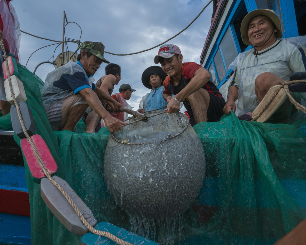Smiles of triumph spread across fishermen's face. Photo: TRAN BAO HOA