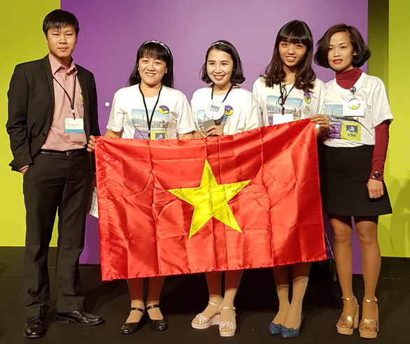 Tran Thi Thuy (center), along with four other teachers from different countries, is awarded at the Microsoft Education Exchange 2017 in Canada. Photo: Tuoi Tre