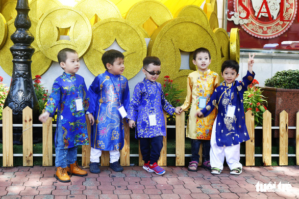 A group of young boys dressed in 'ao dai.' Photo: Ngoc Phuong / Tuoi Tre
