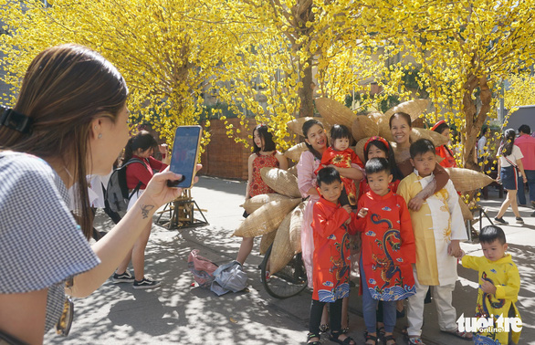 A family poses for a photo. Photo: Tuyet Kieu / Tuoi Tre