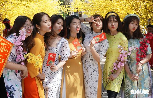 Girls pose joyfully in their 'ao dai.' Photo: Ngoc Phuong / Tuoi Tre