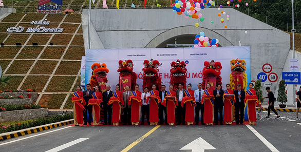 Officials and the developer's representatives are seen at a ribbon-cutting ceremony for one side of the Cu Mong Tunnels in south-central Vietnam, January 21, 2019. Photo: Duy Thanh / Tuoi Tre
