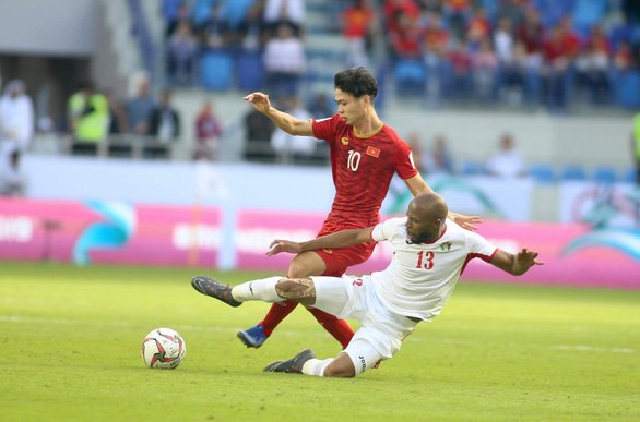 Vietnam's striker Nguyen Cong Phuong (red) and Jordan's midfielder Khalil fight for a ball during their Round of 16 tie at the 2019 Asian Cup in Dubai on January 20, 2019. Photo: Nguyen Khoi / Tuoi Tre