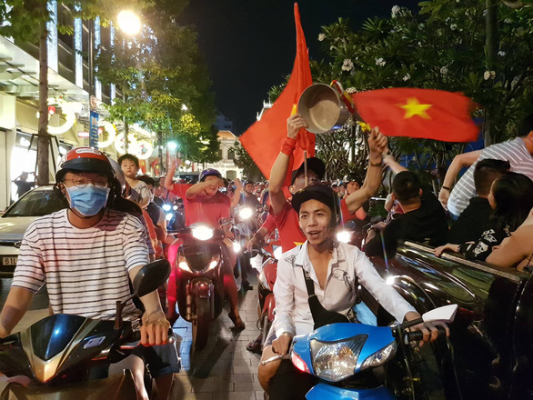 Vietnamese fans celebrate in Ho Chi Minh City on January 20, 2019. Photo: Ngo Phuoc Tuan / Tuoi Tre