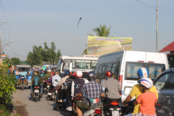 Congestion occurs as tourists rush to famous flower village in Vietnam's Mekong Delta