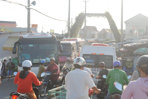 Vehicles are stuck in a traffic jam after entering the flower village. Photo: Thanh Nhon / Tuoi Tre