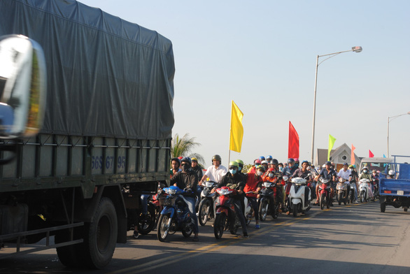 Congestion occurs on Sa Dec Bridge as countless vehicles head to the flower village. Photo: Thanh Nhon / Tuoi Tre