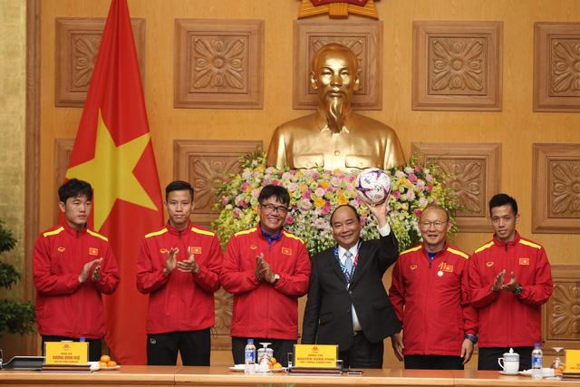 Prime Minister Nguyen Xuan Phuc (third right) is seen with coach Park Hang-seo of Vietnam's national football team and the players at a reception in Hanoi December 21, 2018. Photo: Tuoi Tre