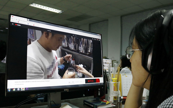 A woman watches a video by a content creator on Youtube. Photo: Ngoc Phuong / Tuoi Tre