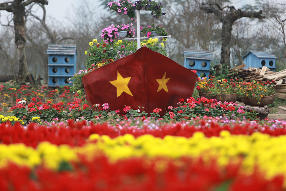 A boat carrying flowers is seen at the special garden in Long Bien District, Hanoi. Photo: Tuoi Tre