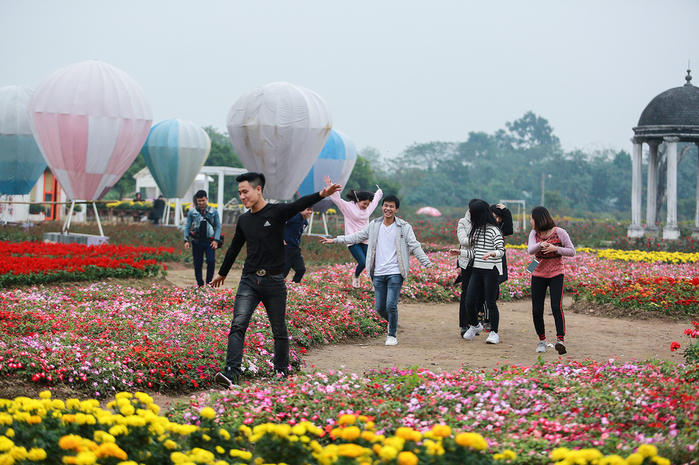 Young local people visit the special garden in Long Bien District, Hanoi. Photo: Tuoi Tre