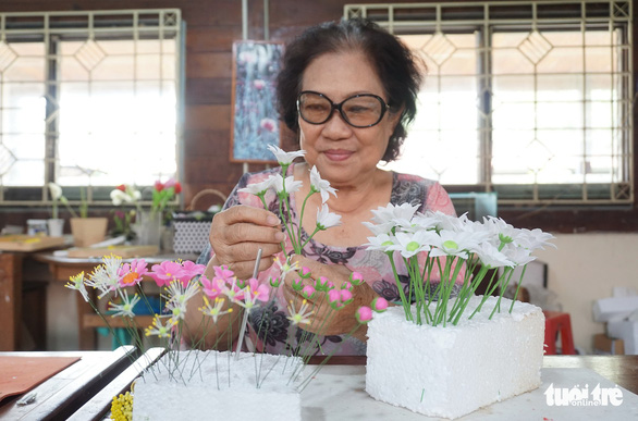 Nguyen Thi Bay, 69, is the main instructor of the clay flower class. Photo: Tuyet Kieu / Tuoi Tre