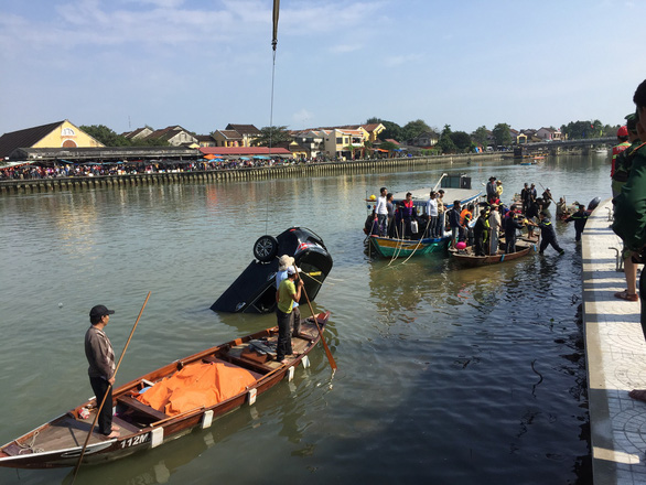 Three family members die as car falls into river in Hoi An