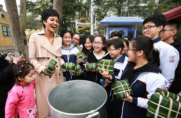 Vietnamese beauty queen H'Hen Nie wraps banh chung with Hanoi students