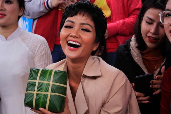 H'Hen Nie holds a finished banh chung that she wraps at the event in Hanoi on January 25, 2019. Photo: Nguyen Hien / Tuoi Tre