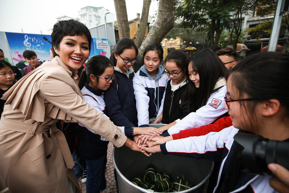 H'Hen Nie and local students put their hands in for a cheer at the event in Hanoi on January 25, 2019. Photo: Nguyen Hien / Tuoi Tre