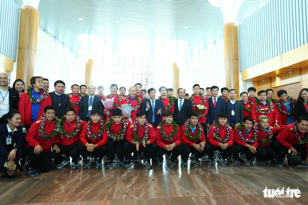 Vietnamese players and their managers pose photo with officials. Photo: Nguyen Khanh / Tuoi Tre