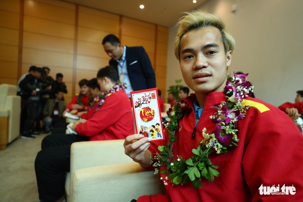 Vietnamese players receive 'lucky money' from Minister of Sports Nguyen Ngoc Thien. Photo: Nguyen Khanh / Tuoi Tre