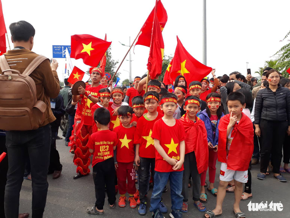Children wait to see the players outside Noi Bai airport. Photo: Khuong Xuan / Tuoi Tre
