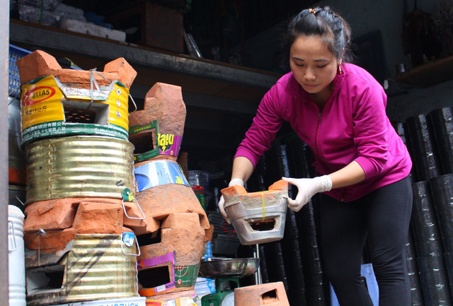 A woman selects ceramic stoves at a workshop in Ho Chi Minh City, Vietnam, January 2019. Photo: Thanh Yen / Tuoi Tre