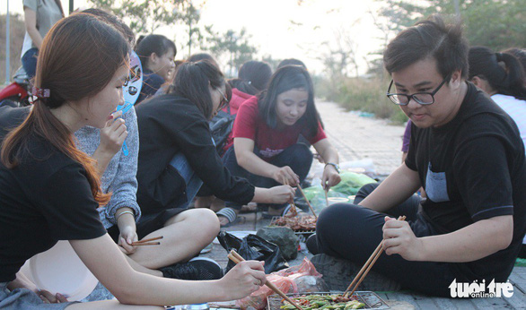 Students cook food during their year-end party at a public space in Ho Chi Minh City.  Photo: Tan Hiep / Tuoi Tre