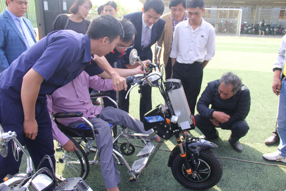People show a person with disabilities how to use a wheelchair given by Duy Tan University in Da Nang, Vietnam, January 26, 2019. Photo: Truong Trung / Tuoi Tre