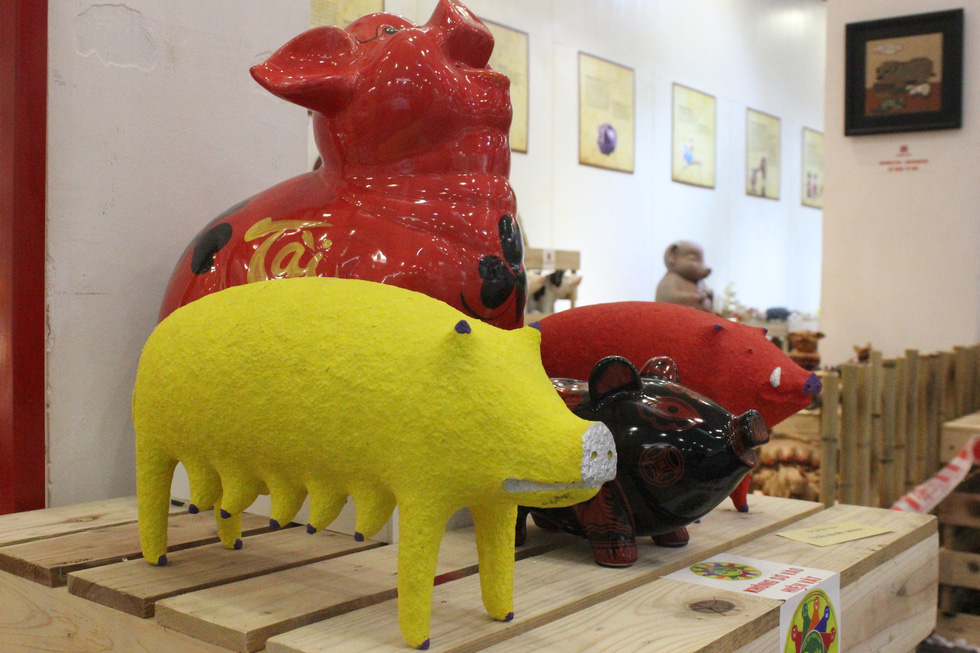 Pig sculptures of sculptor Thai Nhat Minh make a debut at the exhibition. Photo: Thien Dieu / Tuoi Tre
