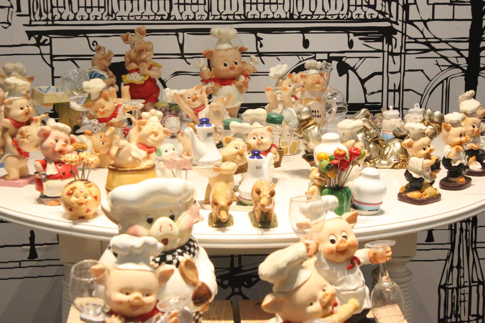 Vietnamese historian showcases enormous pig figurine collection before Lunar New Year