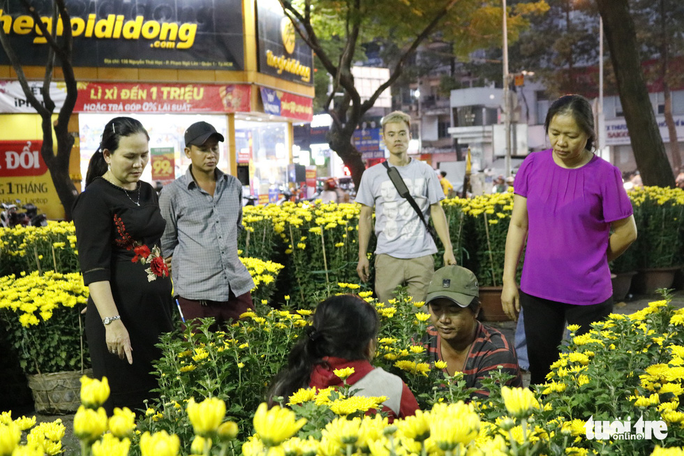 People choose flowers in Ho Chi Minh City, January 2019. Photo: Ngoc Phuong / Tuoi Tre