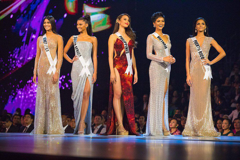 Vietnam's H'Hen Nie (second right) is in the Top 5 of Miss Universe 2018. Photo: Miss Universe