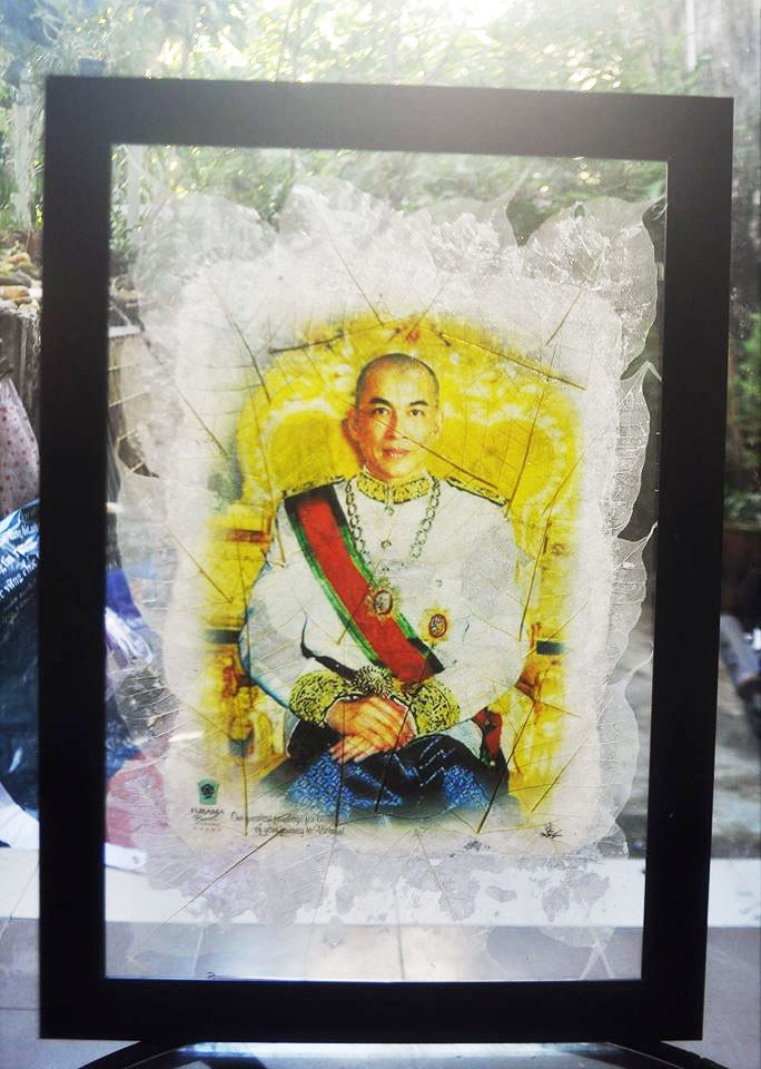 Le Nguyen Vy's Bodhi leaf artwork with a Cambodian king's picture. Photo: Doan Nhan / Tuoi Tre