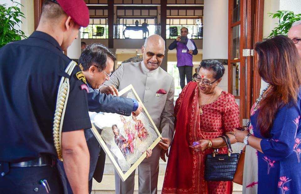 Indian State President Ram Nath Kovind (middle) receives an leaf skeleton artwork made by Le Nguyen Vy, during his visit to Vietnam in November 2018. Photo: Doan Nhan / Tuoi Tre