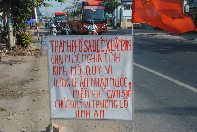 "A sign Nguyen Van Thanh puts ahead of the location where he gives free drinking water to motorcyclists is pictured on a road in Dong Thap Province, southern Vietnam, January 30, 2019. The sign reads ""Sa Dec City – Tet 2019. Bottled water given with affection. Please stop to receive free drinking water 50 meters from here. Have a good journey."" Photo: Thanh Nhon / Tuoi Tre"