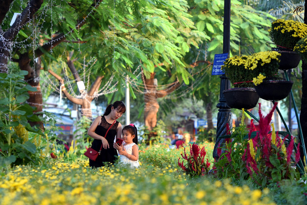 Visitors are seen at Nguyen Van Tri Flower Street in Bien Hoa City, Dong Nai Province. Photo: A Loc / Tuoi Tre