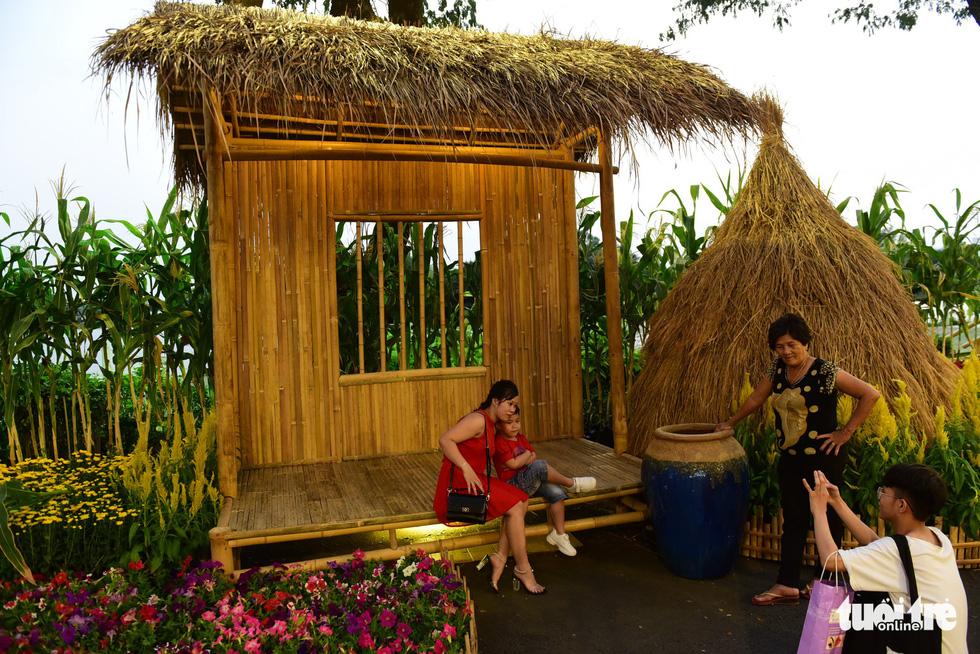A mini-scene at spring flower festival. Quang Dinh / Tuoi Tre