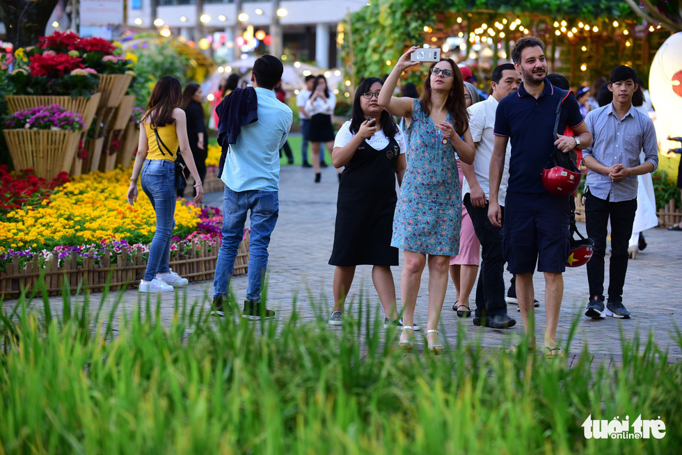 Foreigners are always intrigued by Vietnamese spring flower festivals. Quang Dinh / Tuoi Tre
