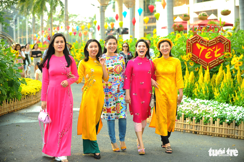 Vietnamese women often wear ao dai, the nation's traditional clothing, to festivals like this. Quang Dinh / Tuoi Tre