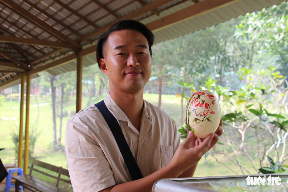 Tourists who successfully bet on the triumphant boar will bring home a beautifully embellished ostrich egg. Photo: Thai Thinh / Tuoi Tre