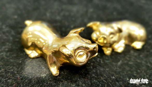 A pair of gold plated pig-shaped chopstick holders on  sale in downtown Ho Chi Minh City. Photo: Ngoc Hien / Tuoi Tre