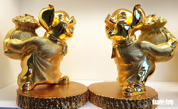 A pair of 24k gold-plated pig statues manufactured domestically. Photo: Ngoc Hien / Tuoi Tre