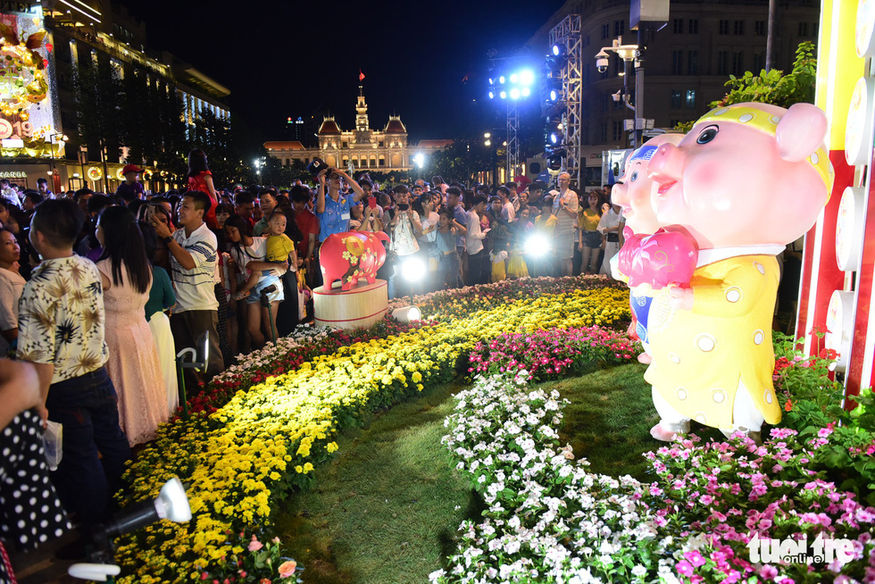 <em>Visitors crowd the Nguyen Hue Flower Street in Ho Chi Minh City, February 2, 2019. Photo: Quang Dinh / Tuoi Tre