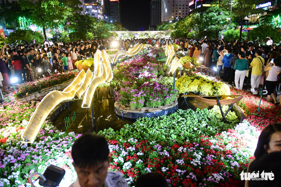 <em>A flower-filled canoe and wavy structures are seen on the Nguyen Hue Flower Street in Ho Chi Minh City, February 2, 2019. Photo: Quang Dinh / Tuoi Tre