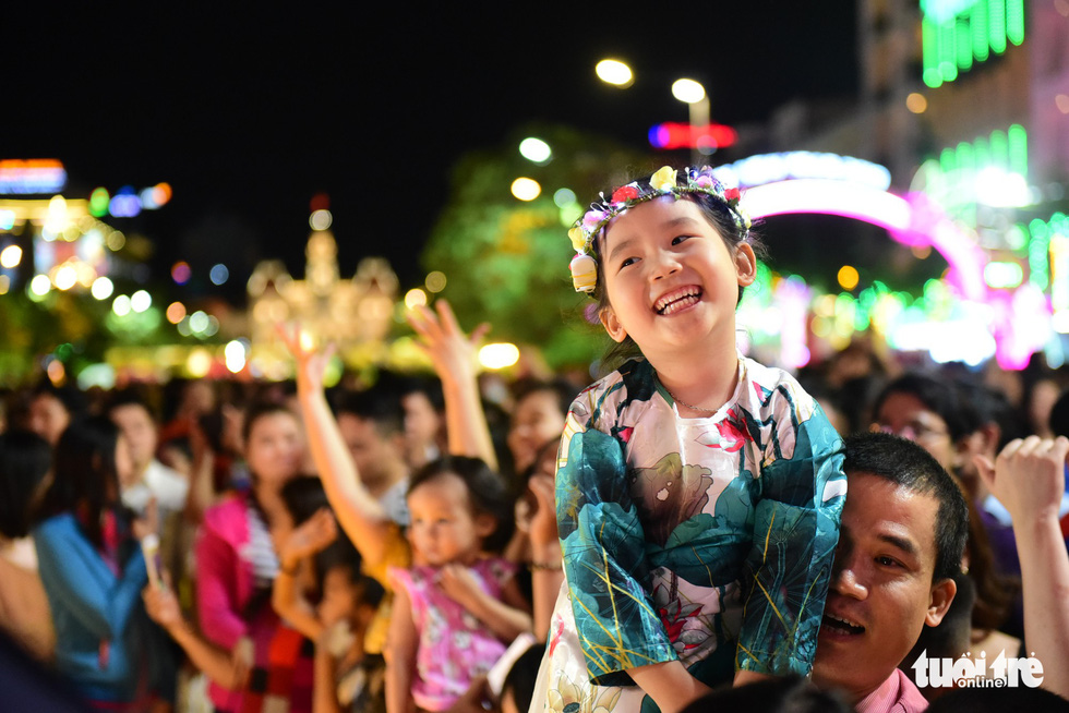 <em>A girl is seen above a crowd on the Nguyen Hue Flower Street in Ho Chi Minh City, February 2, 2019. Photo: Quang Dinh / Tuoi Tre