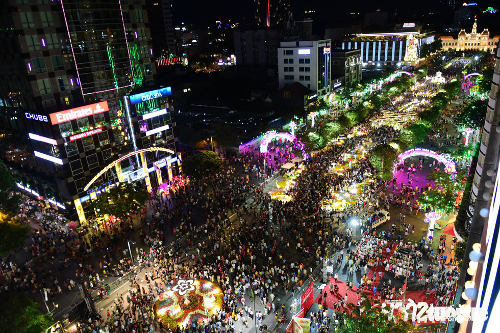 Visitors throng Nguyen Hue Flower Street on opening night in Ho Chi Minh City